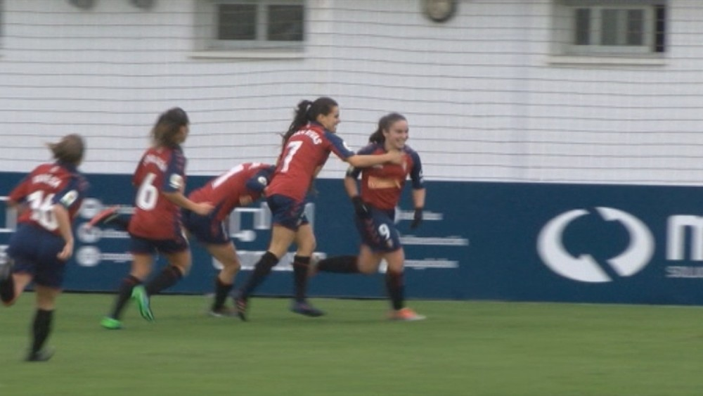 Las rojillas celebran el primer gol de Sara Carrillo