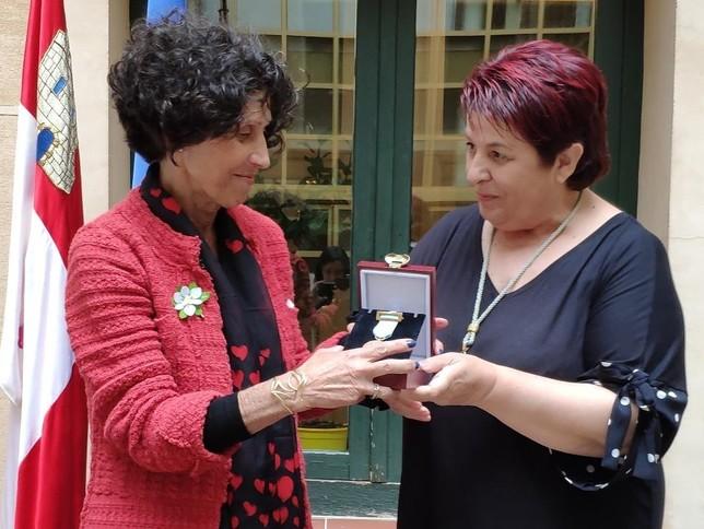 Ana Sanjosé, a la izquierda, recibe la medalla de manos de Clara Luquero D.S.
