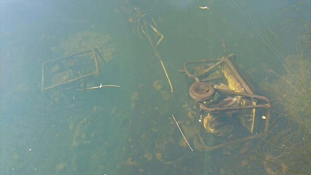 Restos de material industrial en el Duero en Soria