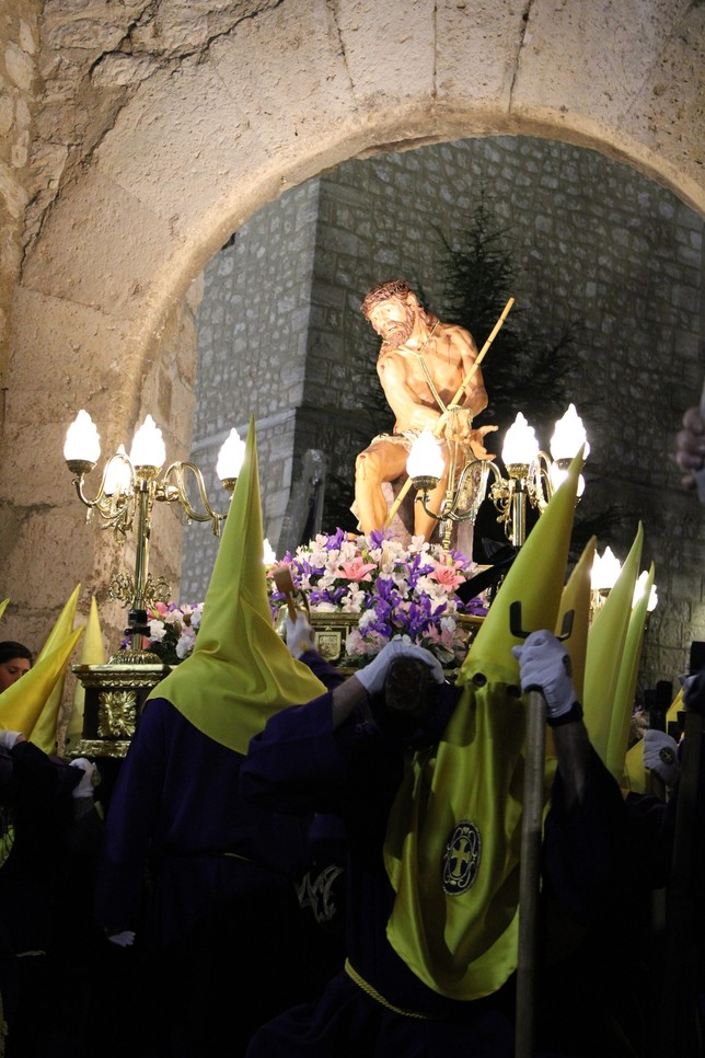 El capaz de la Hermandad de María Magdalena marca la salida de la Coronación de Espinas por el Arco de la Malena.