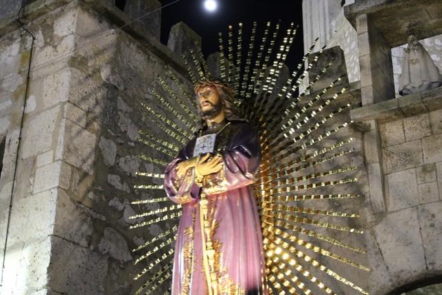 Salida por el Arco de la Malena de la imagen de Jesús de Medinaceli. R.L.C.
