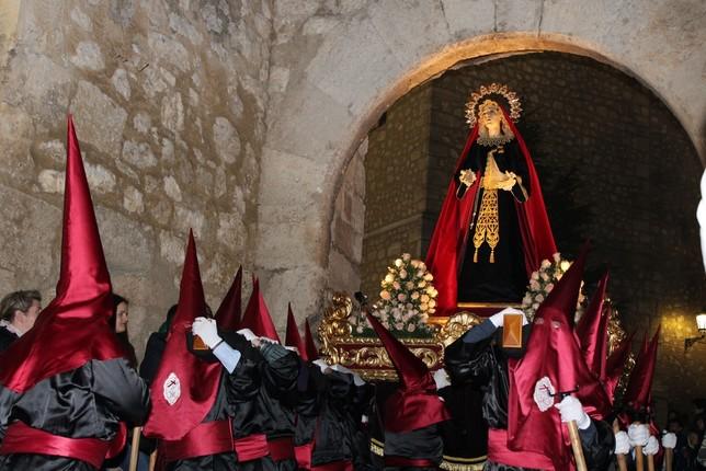 La Virgen del Dulce Nombre estrenó unos aderezos regalo de una familia.