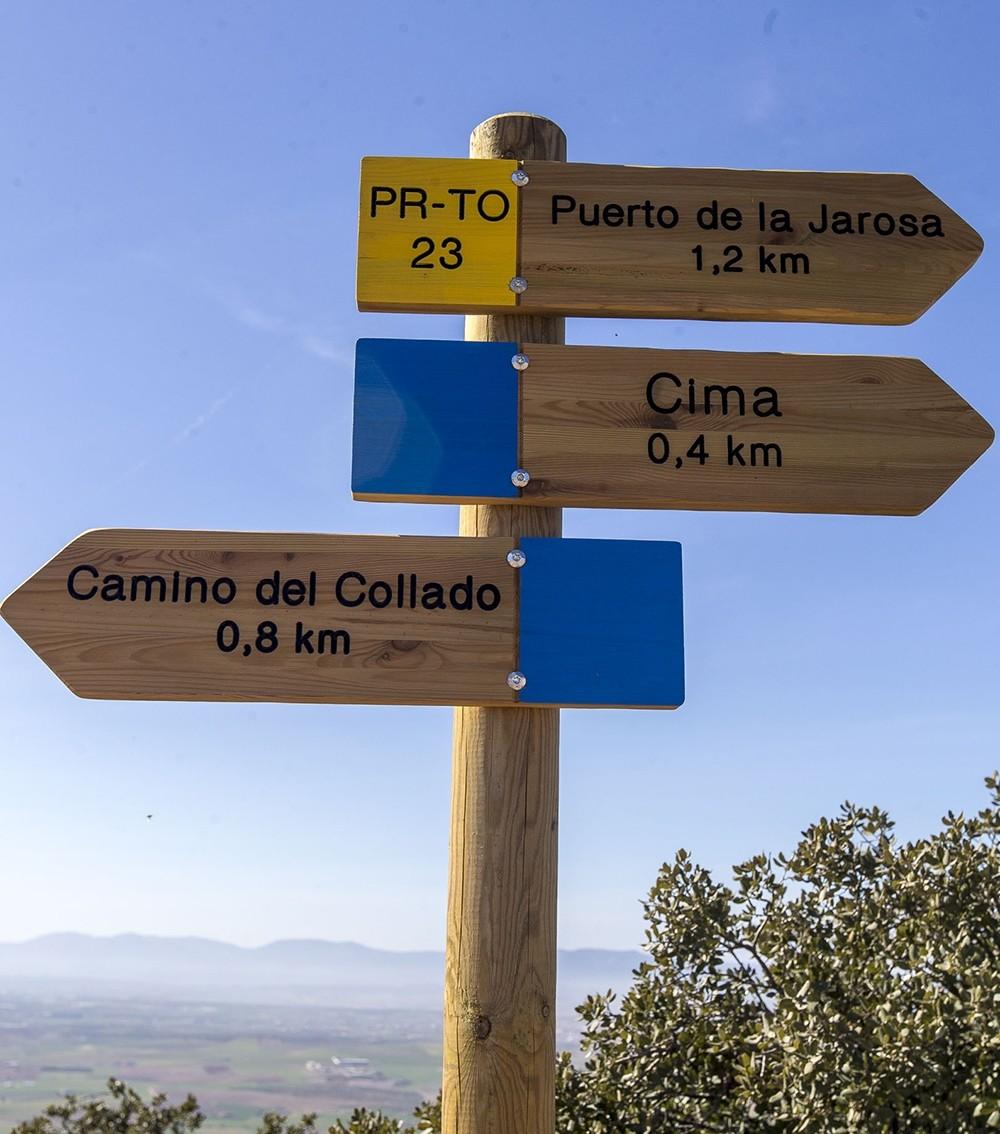 Poste que marca la dirección de varios caminos.