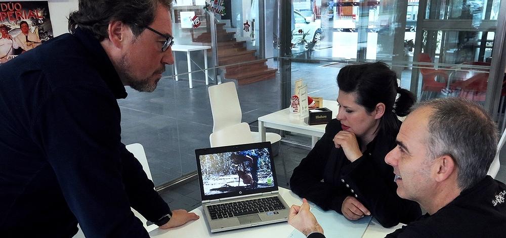 José Antonio Domínguez, Menchu Azúa y Esaú Escolar (dcha.) revisando el montaje del vídeo.