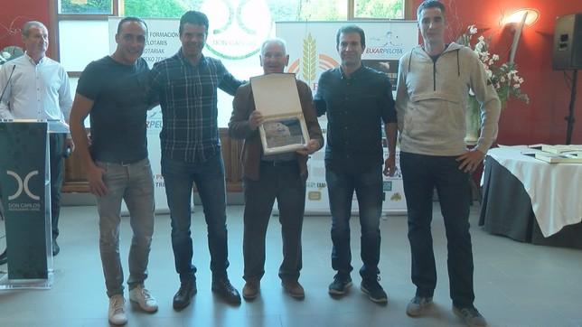 Juan Ignacio Retegi, hexacampeón del Manomanista, fue homenajeado por Elkarpelota NATV
