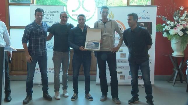 Peio Etxeberria recibió el galardón a pelotari revelación NATV
