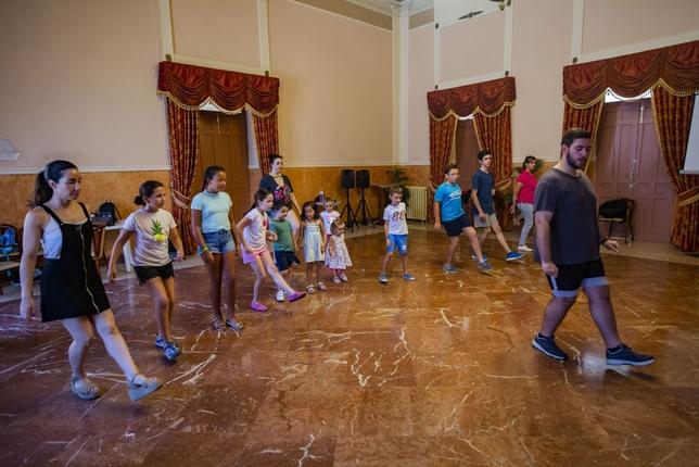 Mazantini festeja el Día de Galicia mostrando sus danzas