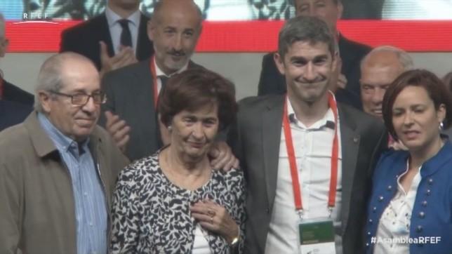Los padres y la esposa de Undiano Mallenco le sorprendieron en su homenaje