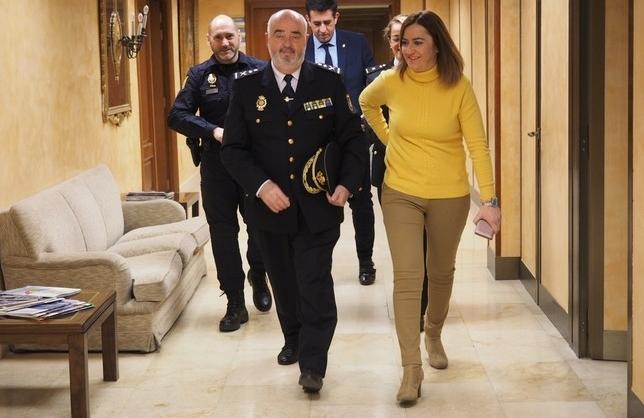 El jefe superior de Policía, Jorge Zurita, y la delegada del Gobierno, Virginia Barcones. D.V.