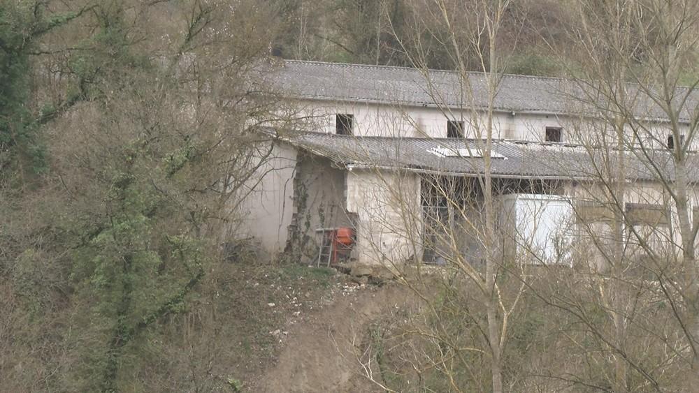Una granja de Burutáin, al borde del desprendimiento