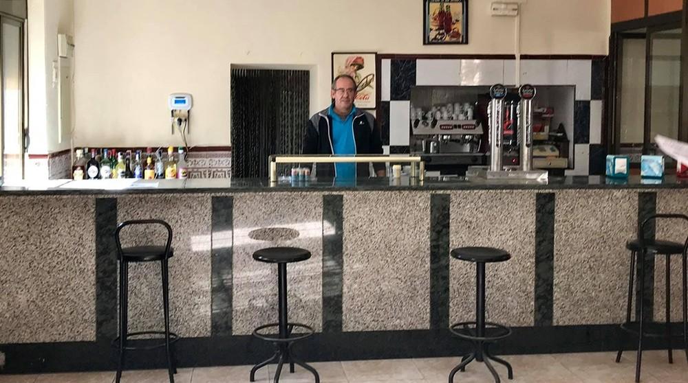 Pedro, el nuevo conserje, en el bar del casino.