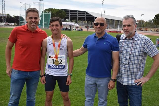 Carlos Sánchez-Crespo es felicitado por su triunfo en 1.000 metros por el nuevo concejal de Deportes, Antonio Gallego, y por Olallo Fernández, presidente de la Federación Territorial.