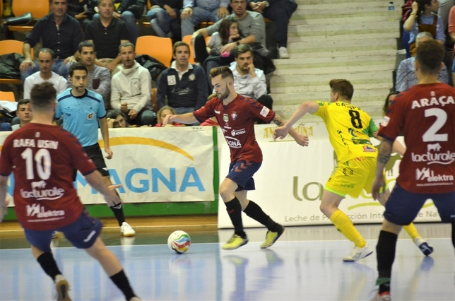 Dani Saldise controla un balón ante la mirada de sus compañeros Asier Cotelo