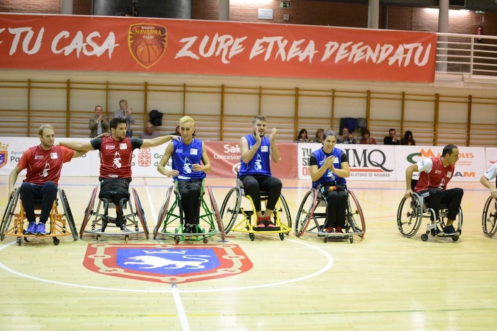 En el descanso se llevó a cabo una exhibición de baloncesto en silla de ruedas.