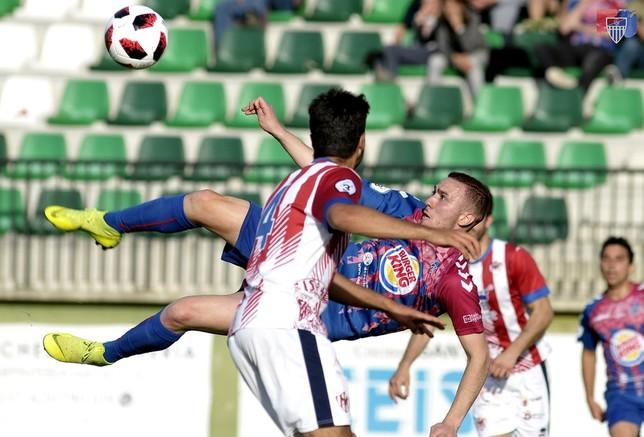 Agus Alonso intenta un remate durante el partido de esta tarde. Juan Martín-Gimnástica Segoviana