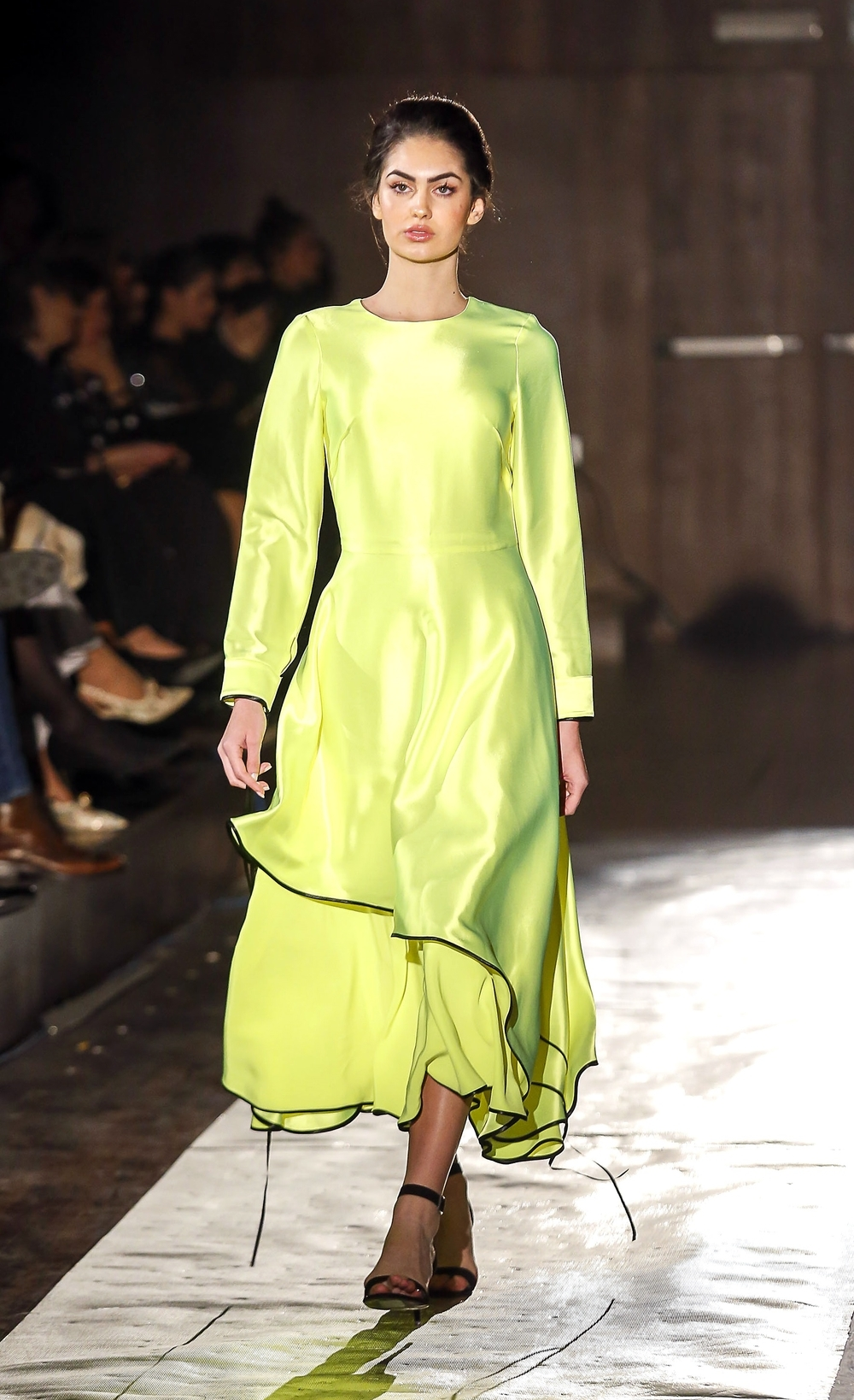 Un arriesgado vestido en verde flúor de Juan Carlos Pajares.