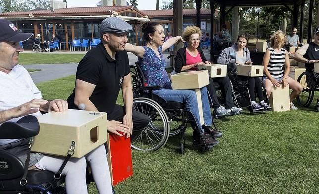 Con el cajón de Vanesa, todos tocan en Parapléjicos