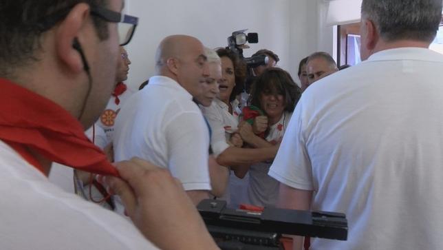 Concejales intentan colocar una ikurriña en el Ayuntamiento