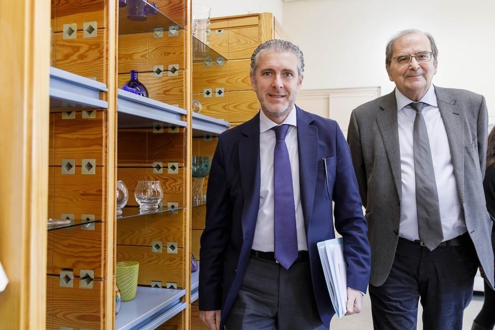 El presidente de la Fundación Centro Nacional del Vidrio, Andrés Ortega (i), y su nuevo director, Javier Ramos Guallart.
