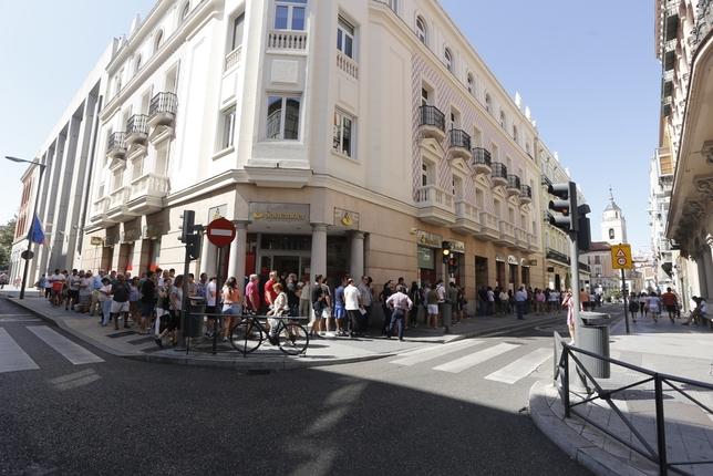 Colas de aficionados el oficinas del Real Valladolid