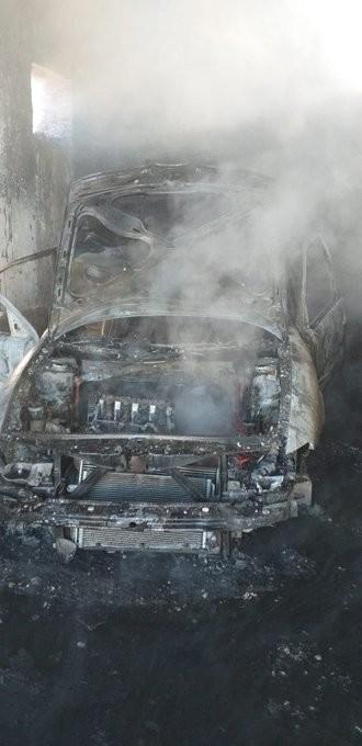 Los bomberos sofocan un incendio de un coche en Cabezón