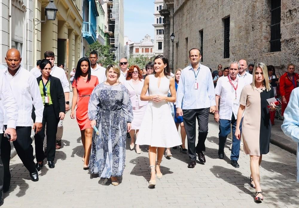 Los Reyes pasea por la Habana Vieja tras una foto histórica