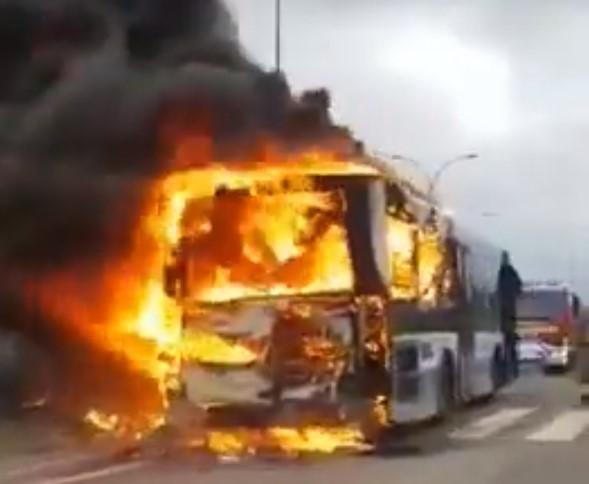 Arde un autocar de La Regional junto al José Zorrilla