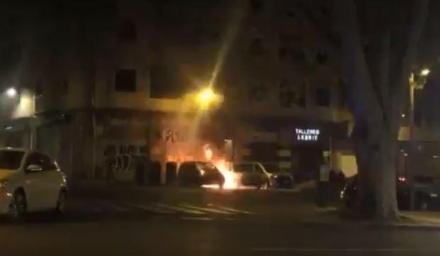 Detenido por quemar un contenedor y tres vehículos