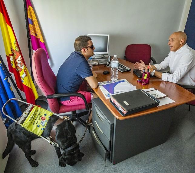 Isidro Sánchez, de reunión en el despacho.