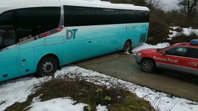 Un autobús escolar, atascado en la subida a Aralar