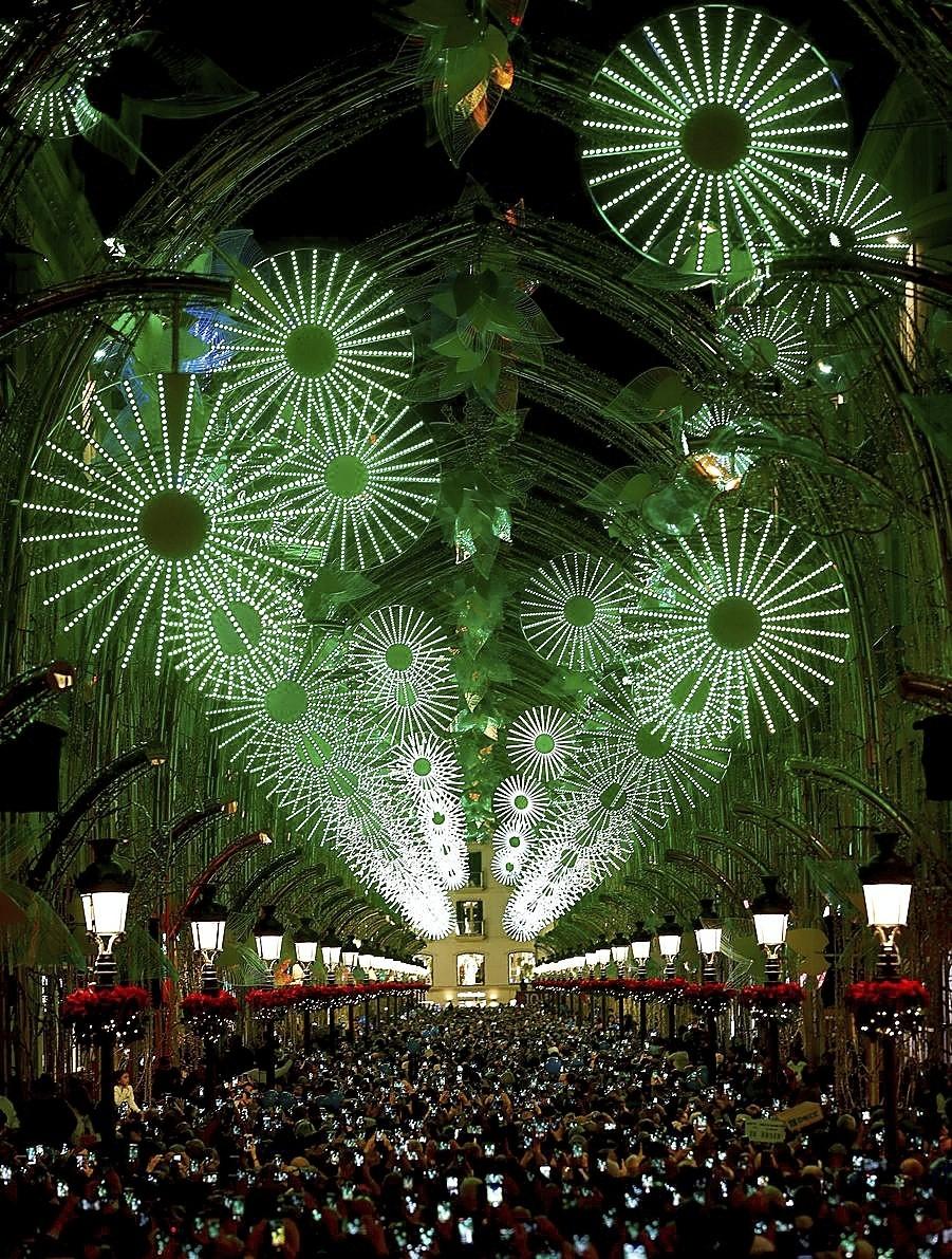 Una radiante calle Larios, en Málaga, da la bienvenida a la Navidad.