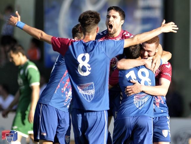 Los jugadores de la Segoviana celebran uno de los goles. Juan Martín-Gimnástica Segoviana