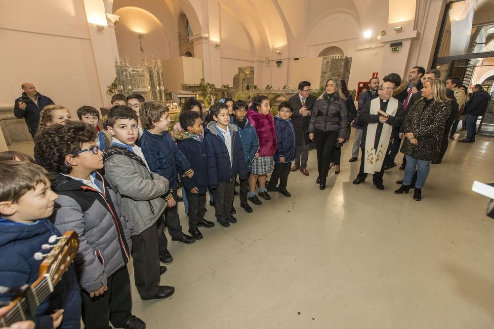 Los pequeños del colegio 'Medalla Milagrosa' entonan su villancico.
