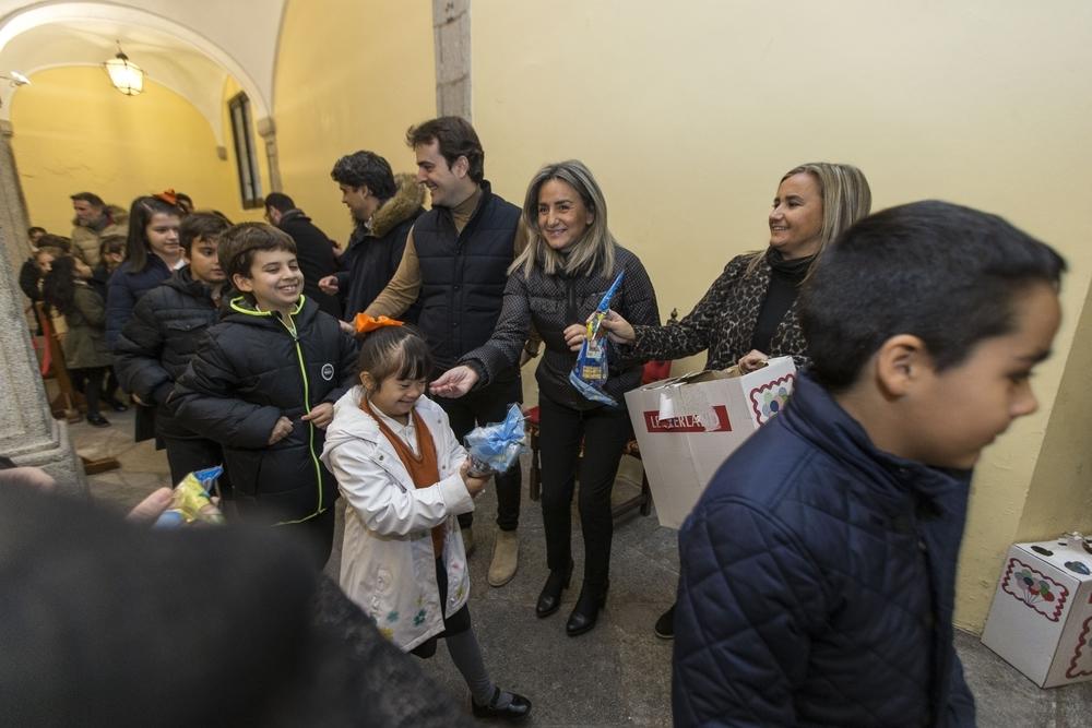 La alcaldesa y los ediles de la Corporación entregaron bolsas de golosinas a los participantes.