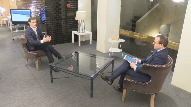 El director de Navarra Televisión, Roberto Cámara, entrevista a Albert Rivera NATV