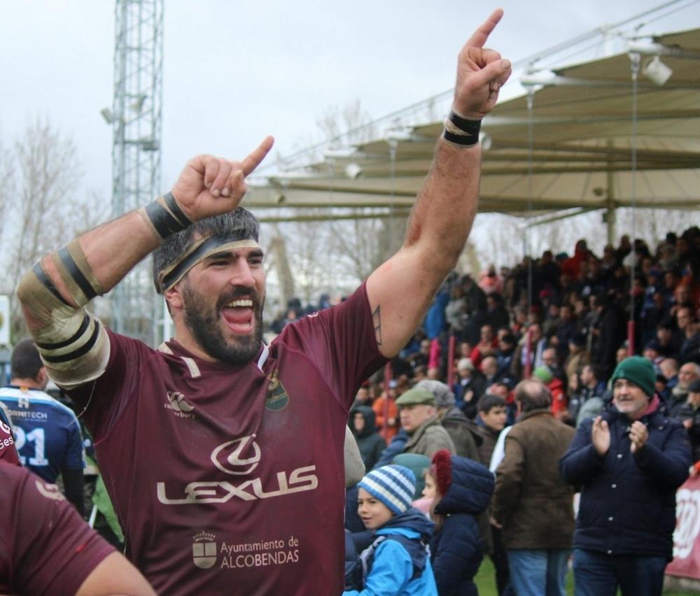 Un jugador del Alcobendas celebra la victoria.