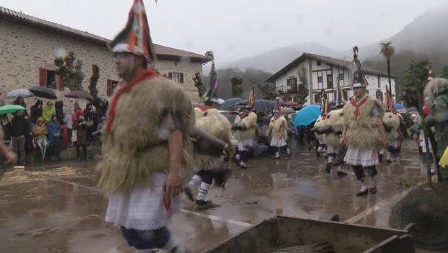 La lluvia marca el inicio del carnaval de Ituren y Zubieta