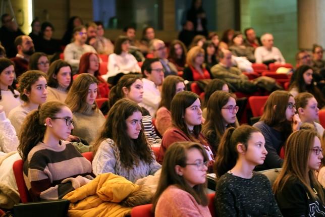 La investigadora del Ramón y Cajal María Fernández imparte la cuarta masterclass del proyecto Steam Talent Girl en Valladolid.