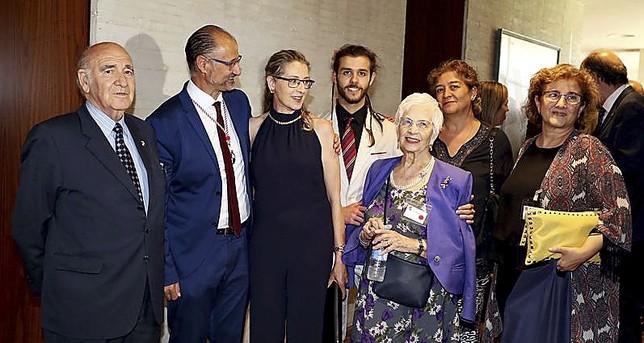 Luis Fuentes (2i) posa junto a su familia tras su nombramiento. Rubén Cacho (Ical)