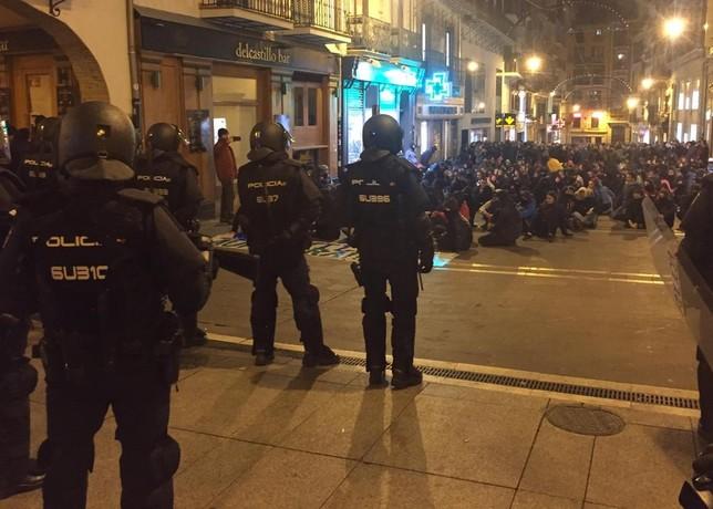 Sentada en la calle Mercaderes de Pamplona con vigilancia policial