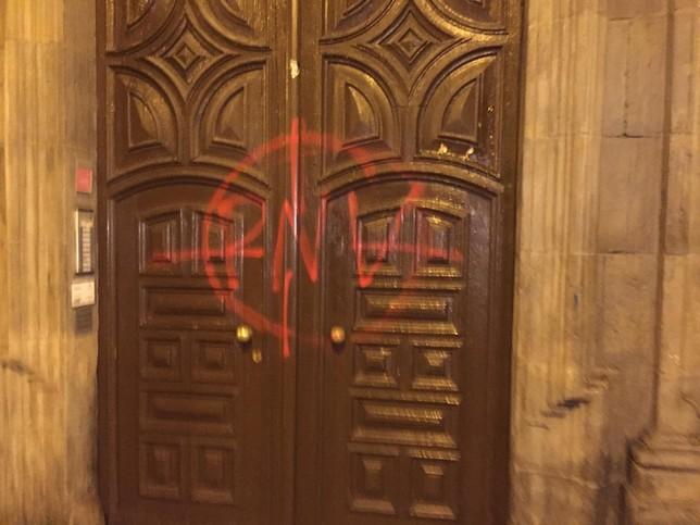 Puerta en la sede del PNV en el centro de Pamplona