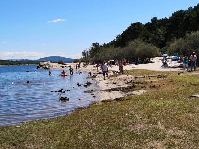 Playa Pita se llena de bañistas... y de autocaravanas
