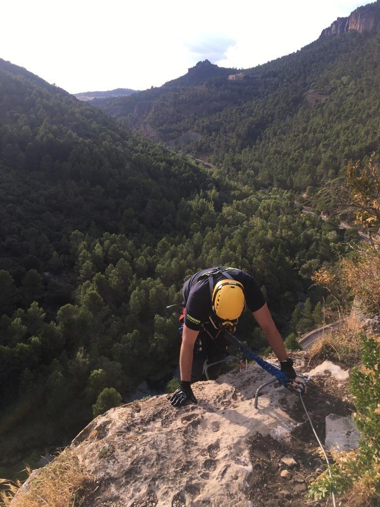 Los bomberos rescatan a un joven de la vía ferrata de Priego