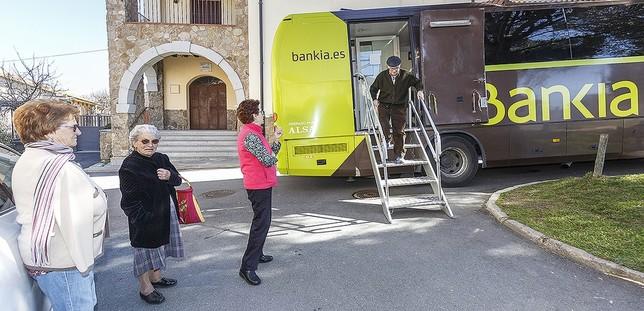 Uno de los dos 'ofibuses' -un tercero se comparte con Ávila- que recorren la provincia, en la Plaza de la Fuente, en Ortigosa.