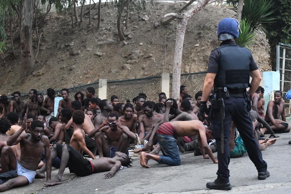 Un total de 153 migrantes, entran en Ceuta saltando su doble valla en la primera incursión en grupo en un año.