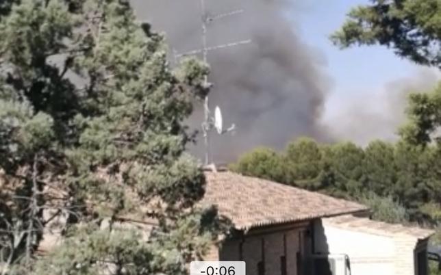Dos helicópteros trabajan en el incendio de Fábrica de Armas