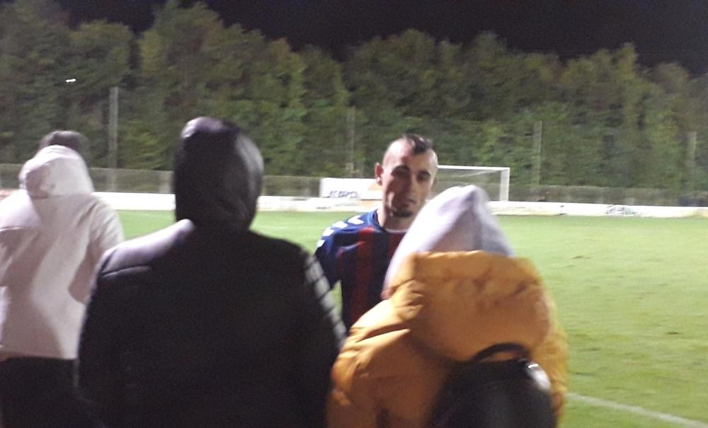 El exburgalesista Jon Madrazo ha dado ánimos a algunos aficionados blanquinegros al final del encuentro.