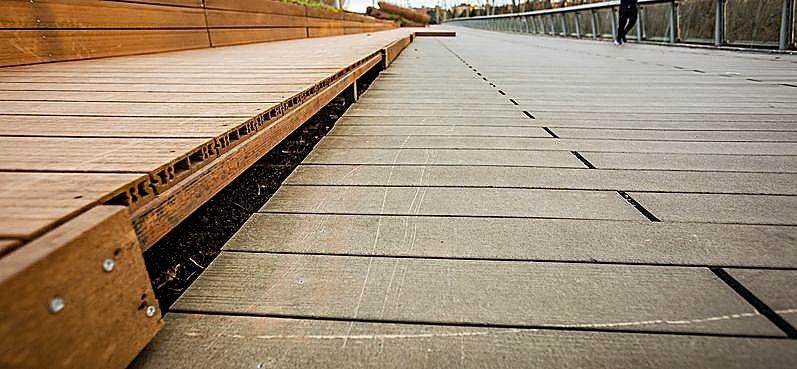 Daños por vandalismo en el puente de Santa Teresa.