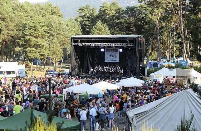 Miles de personas se acercaron a los pinares de Tolbaños de Arriba a escuchar buena música.