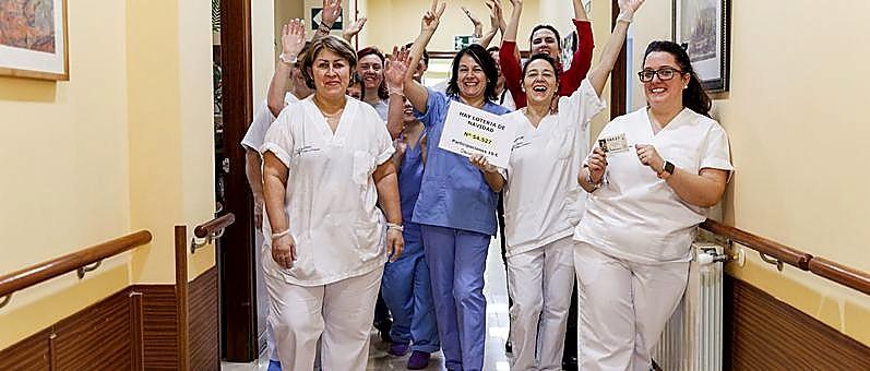 Un grupo de trabajadoras de la residencia de ancianos de Segovia agraciados con un quinto premio